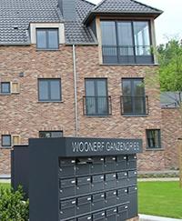 Omdat Woonerf Ganzendries is opgebouwd rond een vrij begaanbare binnenplaats, is er geopteerd voor een centrale videofoonpost (GT-DM)
